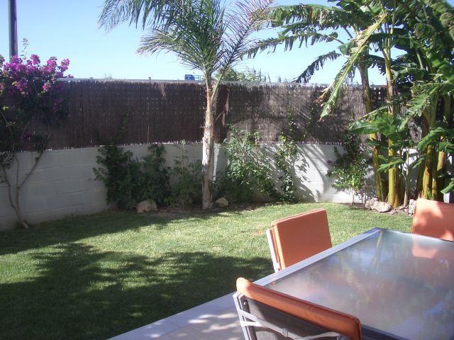 Amplio, cómodo y fresco Jardín con más 100 m2
