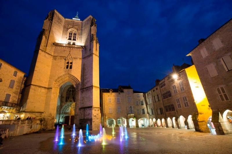 Villefranche de Rouergue, place de la Collégiale (5 minutes à pied)