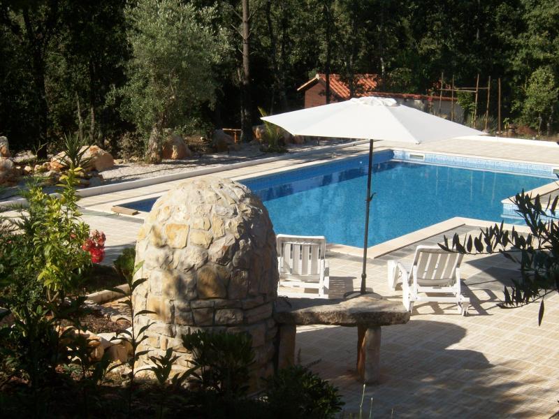 Met het oog op het zwembad van 10 x 5 met ruime zonnen gebieden