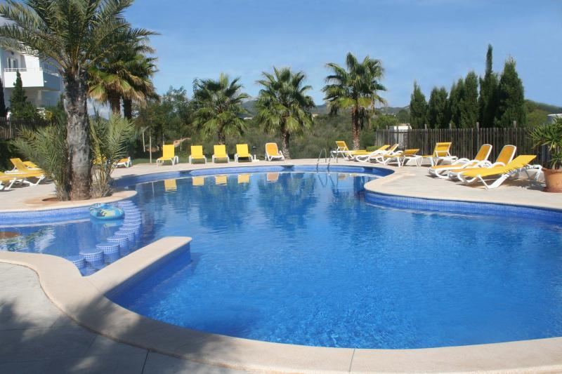 Cala D'Or nr Marina nicely furnished 2bed Apartment with large grassed garden, location de vacances à Cala d'Or