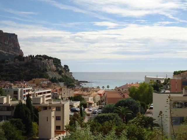 Vue panoramique à 180 degrés ( mer, vieux château, cap Canaille, village )