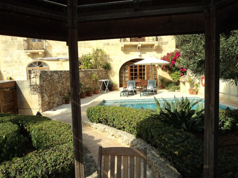 Vista piscina/giardino da Gazebo