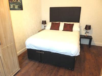 Outro ponto de vista do quarto. A cama de casal tem uma única extraível se camas separadas são necessárias.