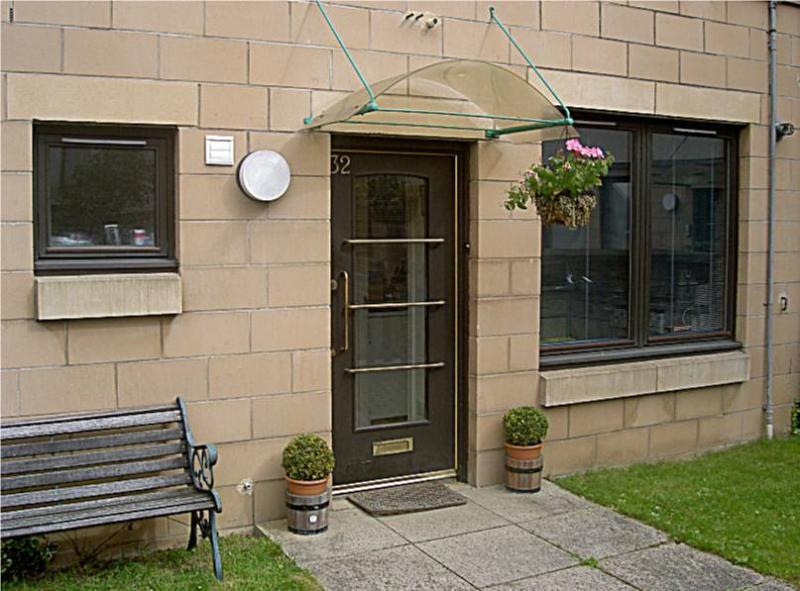 Central Apartment + Carparking, holiday rental in Midlothian
