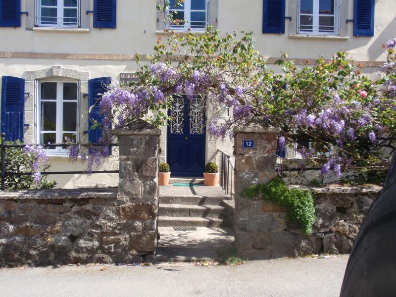 Framsidan av huset som är uppdelad i tre härliga apartmentsamazing havsutsikt