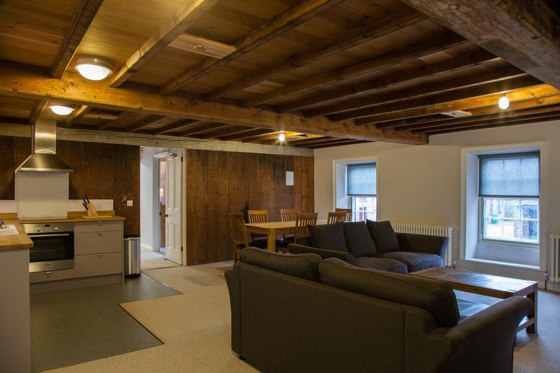 Le spacieux salon/cuisine salle à manger donne sur la chaume de Hamptonne House et de la Cour du Nord