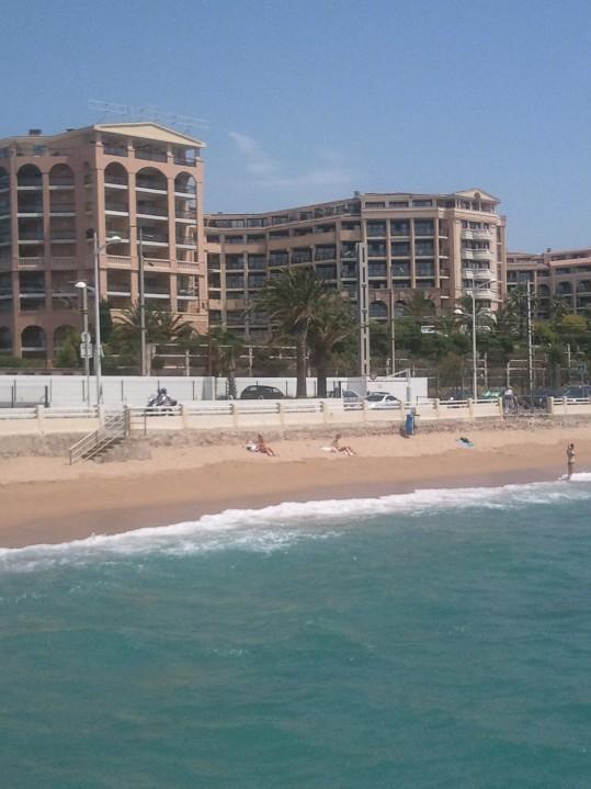 la résidence vue de la mer et un morceau de plage