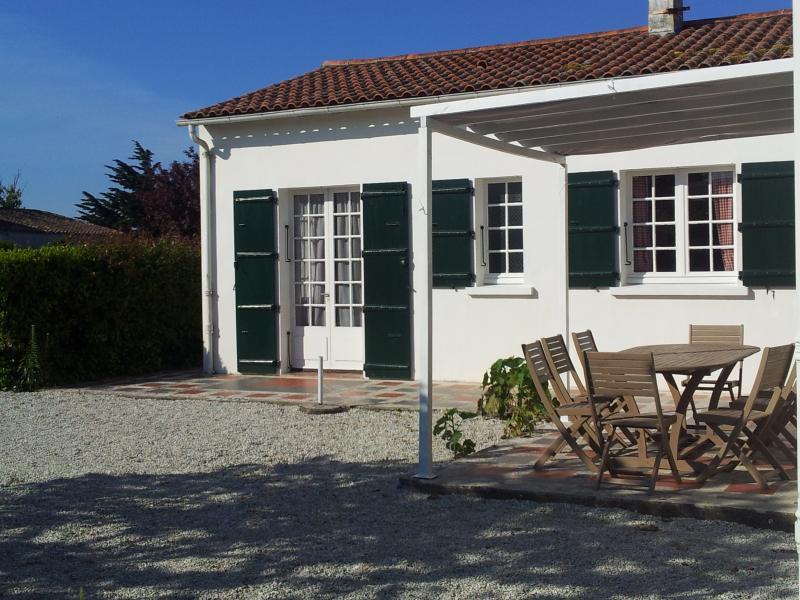 terrasse, pergola, table en bois + table pvc, lit de jardin, barbecue, transat et chaises longues