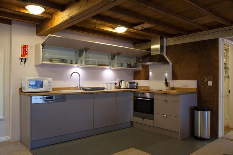 La cuisine comprend un lave-vaisselle, four micro-ondes, bouilloire, grille-pain, vaisselle et couverts pour 6 personnes