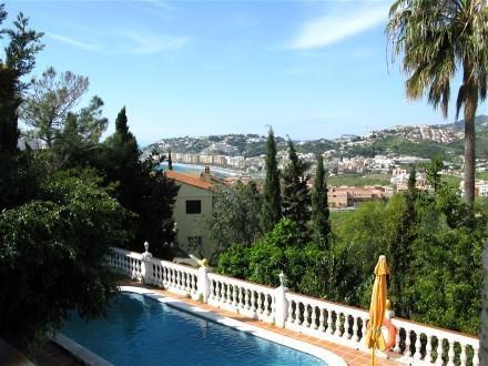 The villa Casa Panorama lies 600 m form the beach Playa Cabria