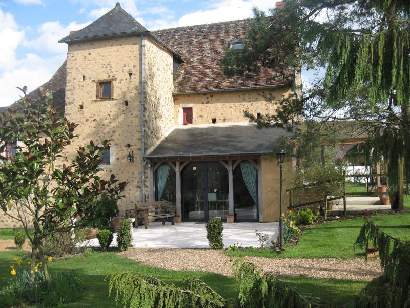 Tiempo de primavera en Le Chateau mirando hacia la torre de las escaleras y puertas de doble patio a la cocina