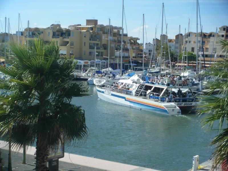 vue port face bateau promenade