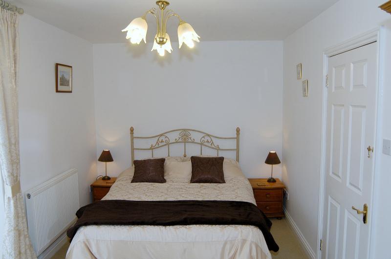 Chambre à coucher avec salle de bains avec balcon
