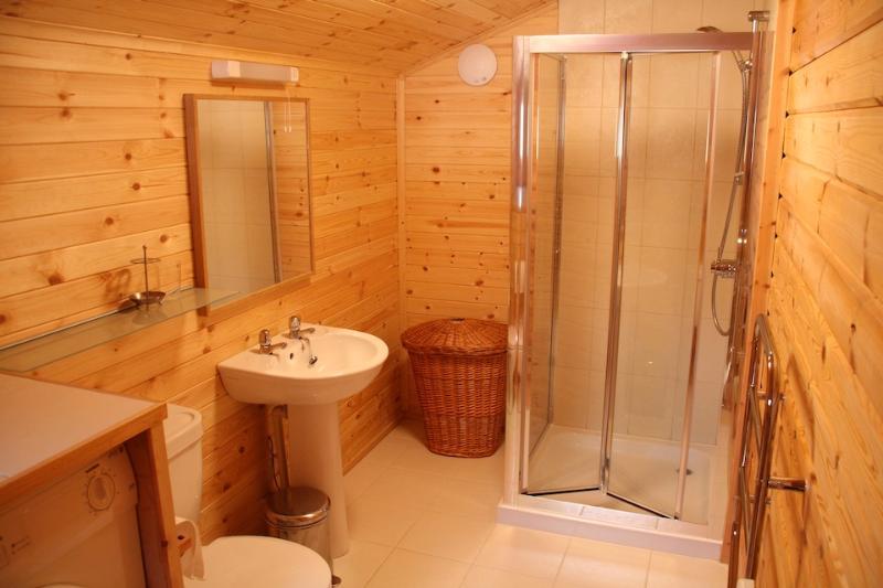 Salle d'eau avec wc.