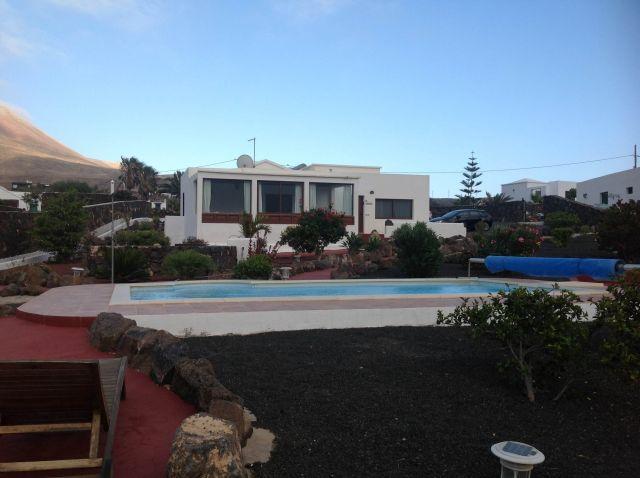 facciata ovest, di fronte alla piscina; accesso Tingafa e Las Maretas