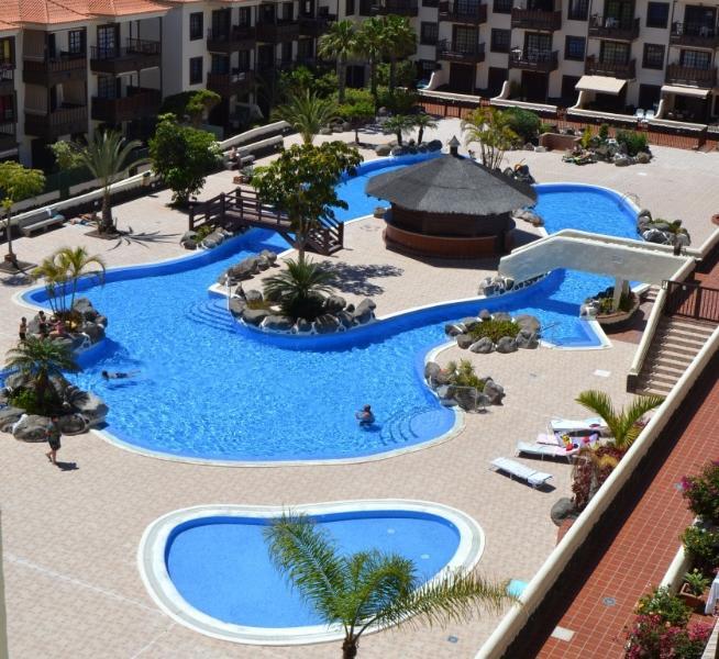 Piscina del complejo. Una enorme piscina que permite el nado y el ocio. Otra para niños.