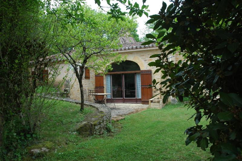 Gite pour 4 en pleine nature au calme avec jardin ,piscine ,boulodrome ping pong, holiday rental in Touzac