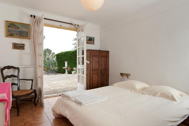 Une des 4 chambres d'Agarrus donnant sur la terrasse, avec lit double (160x200cm) + penderie