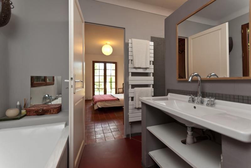 Une des 3 salles de bain d'Agarrus avec baignoire et lavabo (Starck Design) + douche et WC