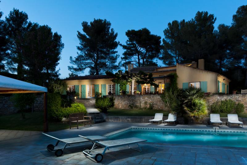 Vue de la piscine vers la villa Agarrus a la tombee de la nuit