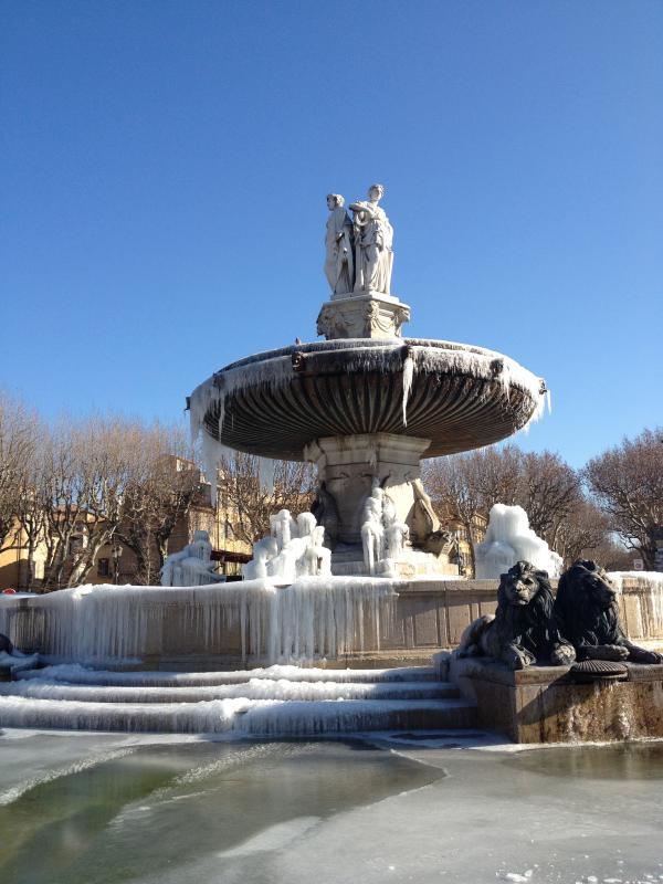 La fontaine gelee du centre d'Aix en Provence, à 4km d'Agarrus, meme en hiver, le soleil brille