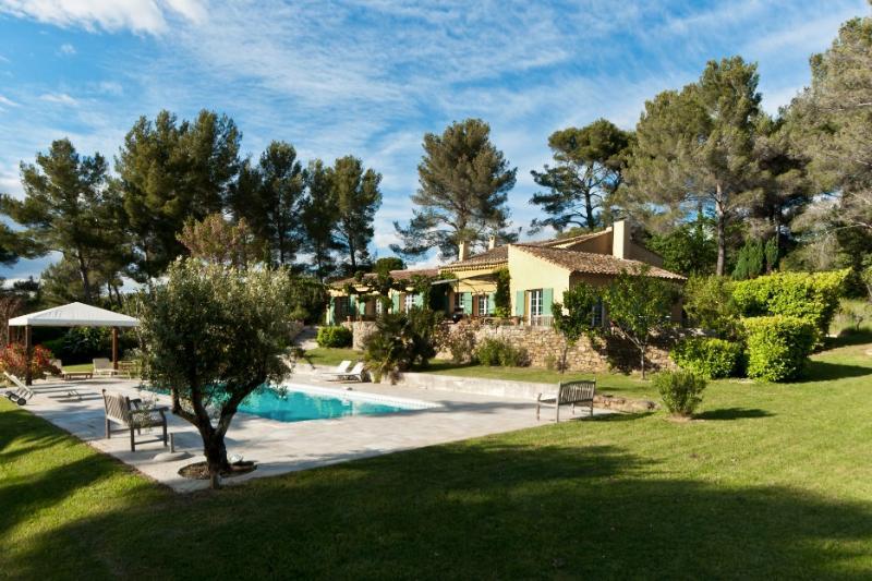 Vue sur une partie du jardin, de la piscine et de la villa Agarrus