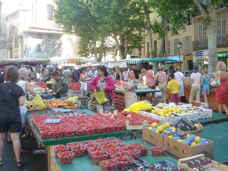 Tous les jours, à 4km d'Agarrus il y a un marché à Aix en Provence (Fruits et légumes)