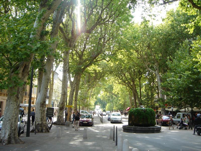 Le centre ville d'Aix en Provence (Le cours Mirabeau et ses fontaines, a 4km d'Agarrus