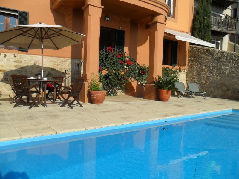 Balcón lateral y salón de pool