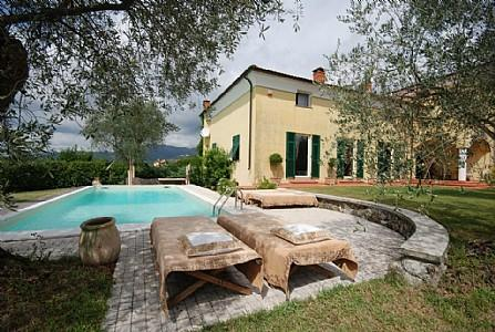 Bolano Holiday Home Sleeps 13 with Pool and WiFi - 5229039, vakantiewoning in Santo Stefano di Magra