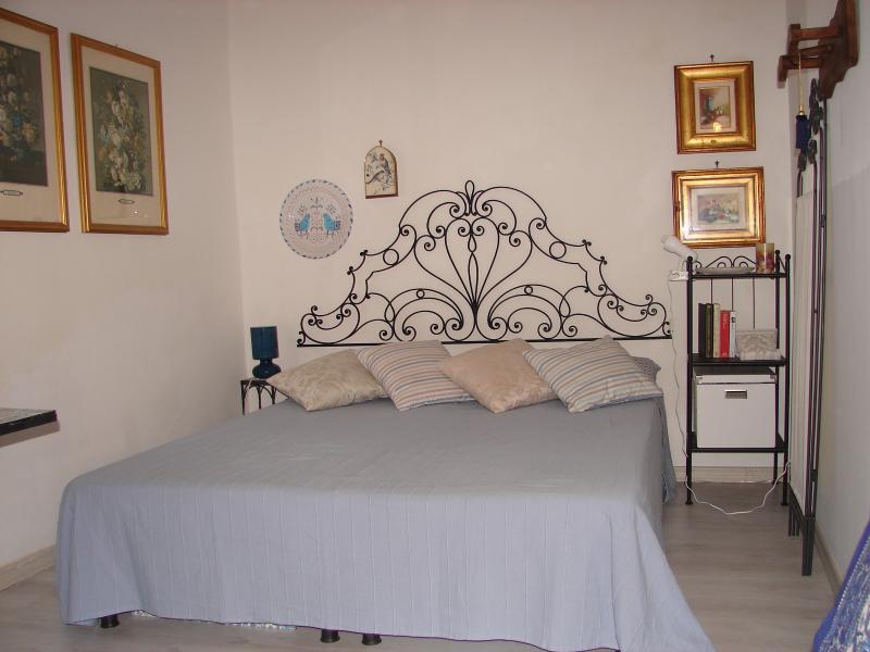 double bed (sleeping area)