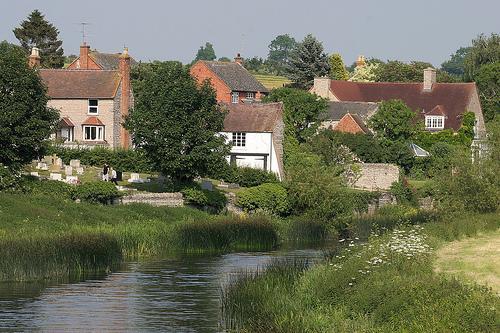 Caminar a orillas del río a la casa de contenido en Barton para comida o simplemente una bebida