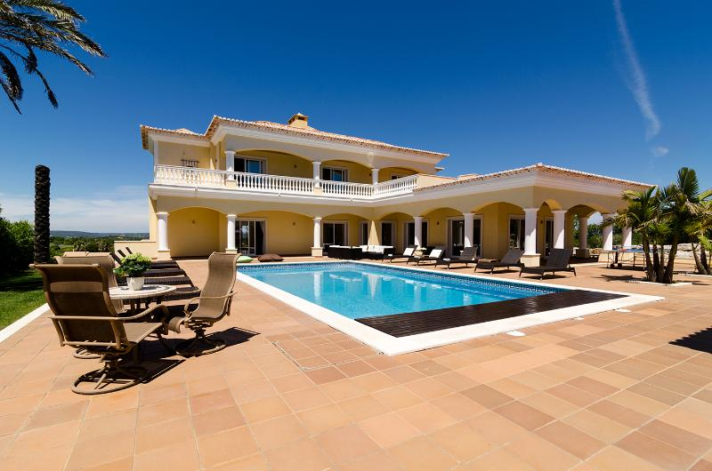 CASA FERREL Private villa with outdoor/indoor pool, holiday rental in Bensafrim