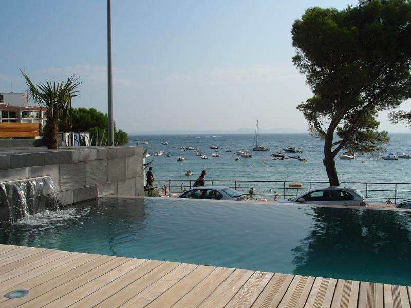 Luxury apart B-1 on front of the seaside  pool/wifi/airco/garage, location de vacances à Rosas