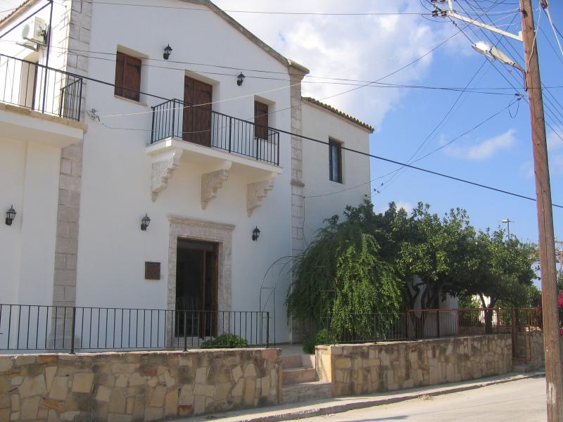 Margaret's House, 3 separate Guest Rooms available, all en-suite. Room Only, aluguéis de temporada em Agios Amvrosios