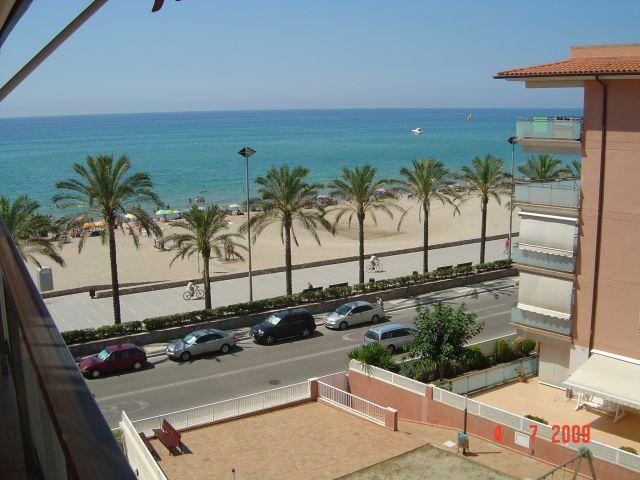 Apartamento ATICO 1ª línea playa Calafell, vistas al mar y piscina, 2 terrazas, vacation rental in Calafell