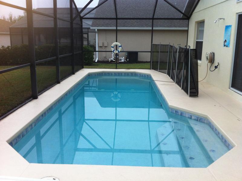 Faites un plongeon dans la piscine avec un écran de sécurité. Chauffage de la piscine disponible sur demande