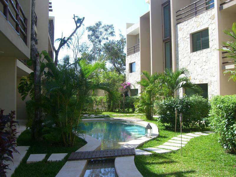 Il giardino e la piscina interna al residence