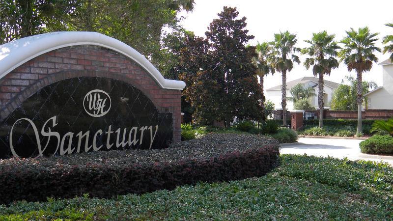 Entrée à The Sanctuary West Haven - une communauté sécurisée et fermée.