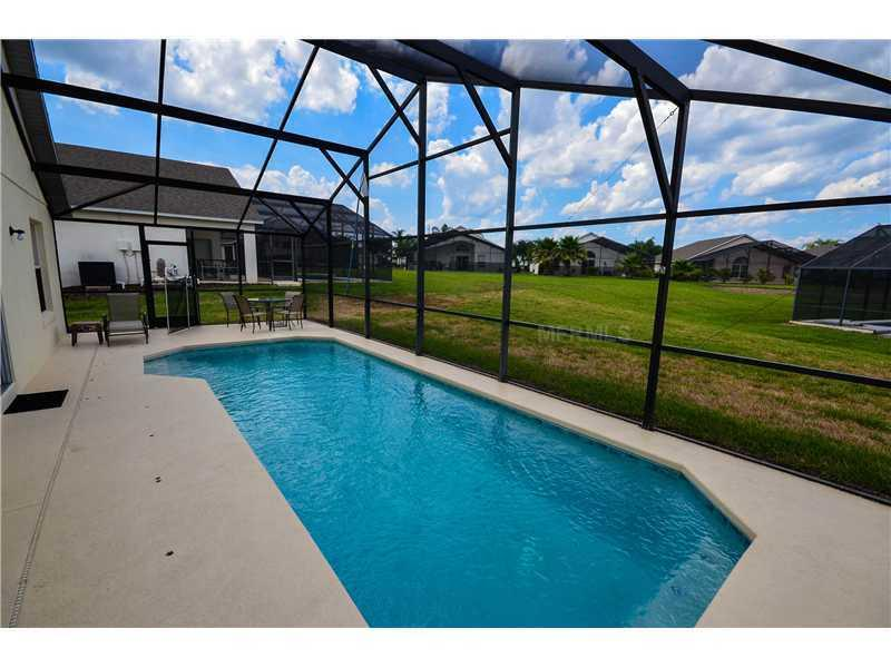 Espace piscine avec pool / meubles