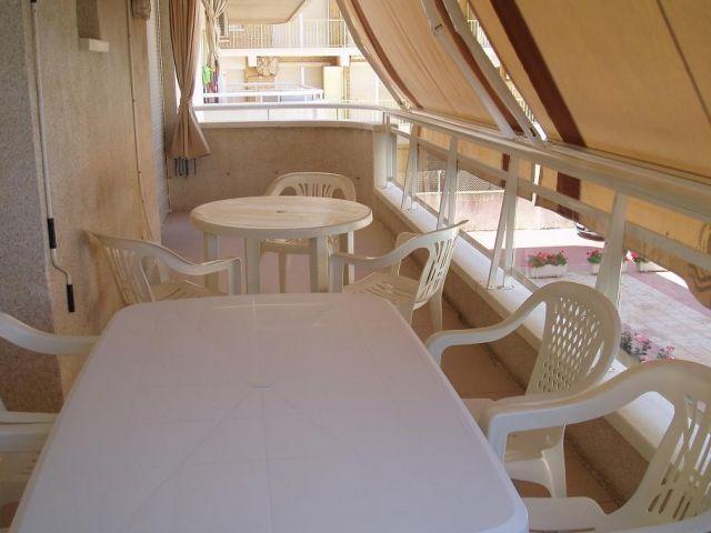 AMPLIA TERRAZA DE 15 M con mobiliario de terraza y toldos