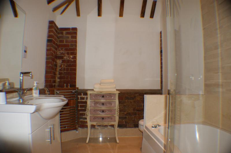 Cebada granero suite de mármol, con jacuzzi bañera, tocador, punto de la máquina de afeitar y calentador de toallas.