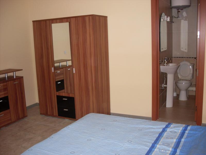 Dormitorio principal con baño y ducha