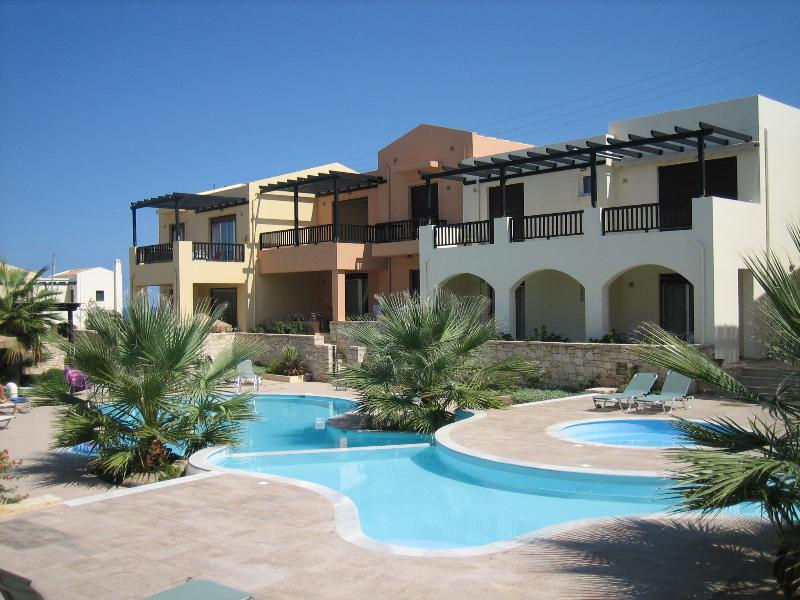 The apartment, with 3 white arches and Pool
