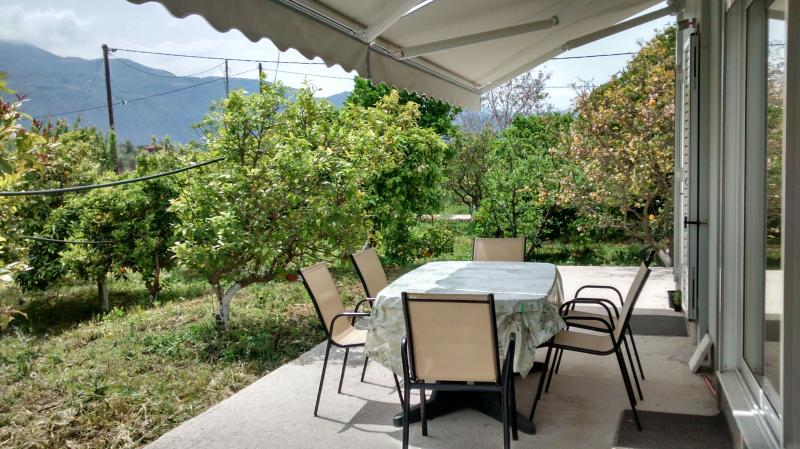 New Villa in north Peloponnese, location de vacances à Tolofon