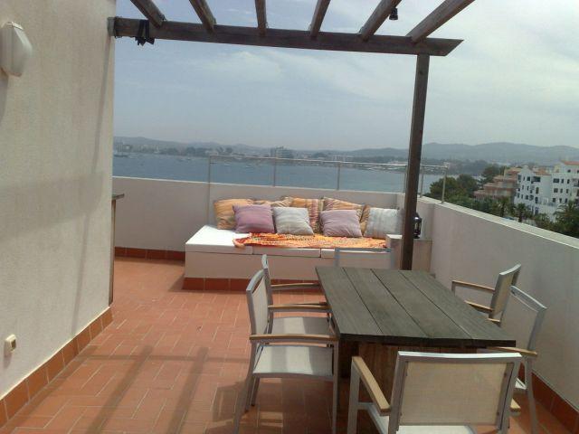 Terraza solarium de 50 m2, con vistas a la Bahía y a la playa.