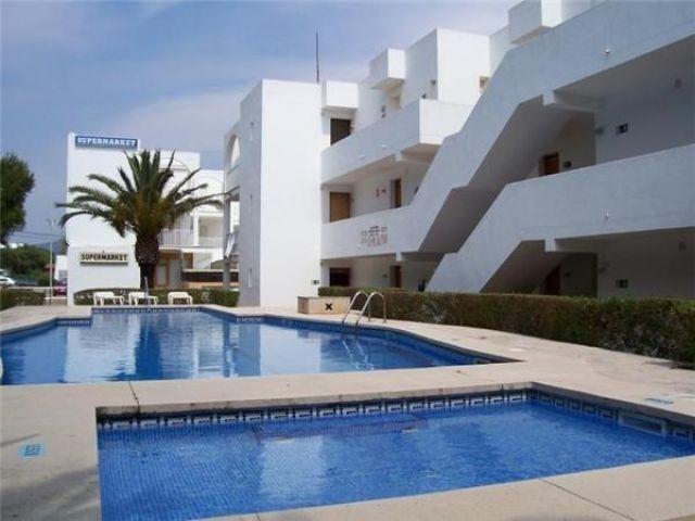 Bonito studio con grandes jardines y piscina, holiday rental in Cala Ferrera