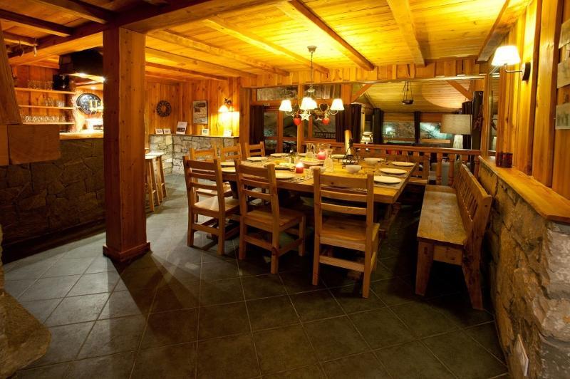 une salle à manger confortable