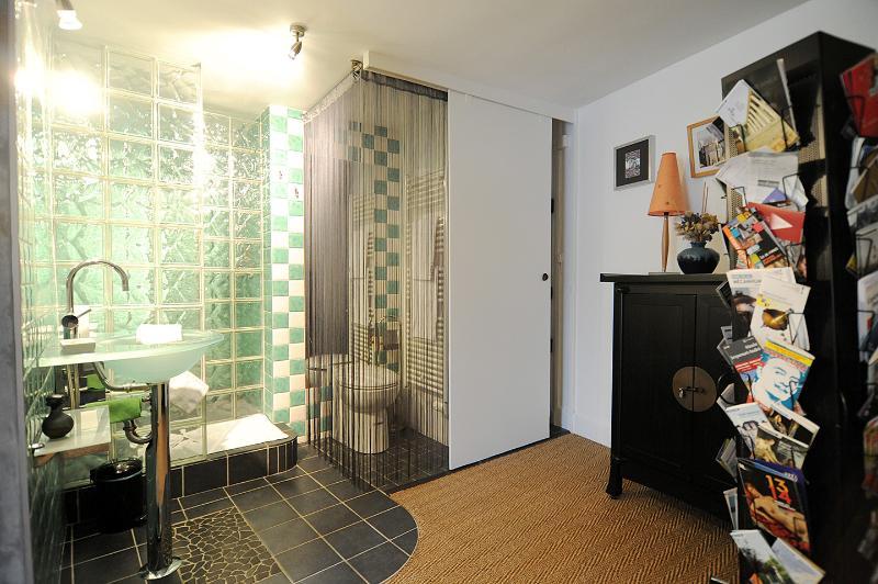 algemeen beeld van de open badkamer en de dressing