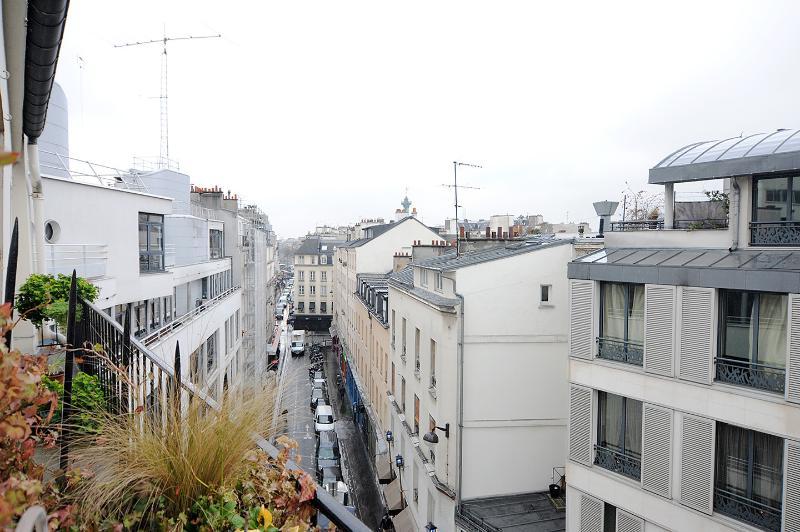 uitzicht vanaf het balkon van het toilet, met het oog op de bastille opera en de kolom van juli